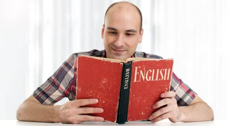 Мужчина читает книгу на английском языке
