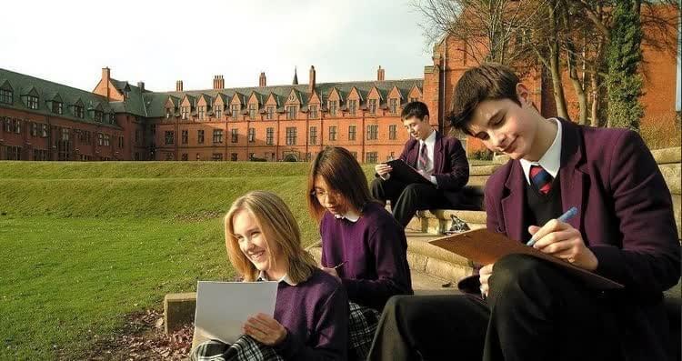 ученики читают английские книги