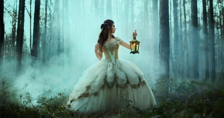 девушка в фонарем в лесу