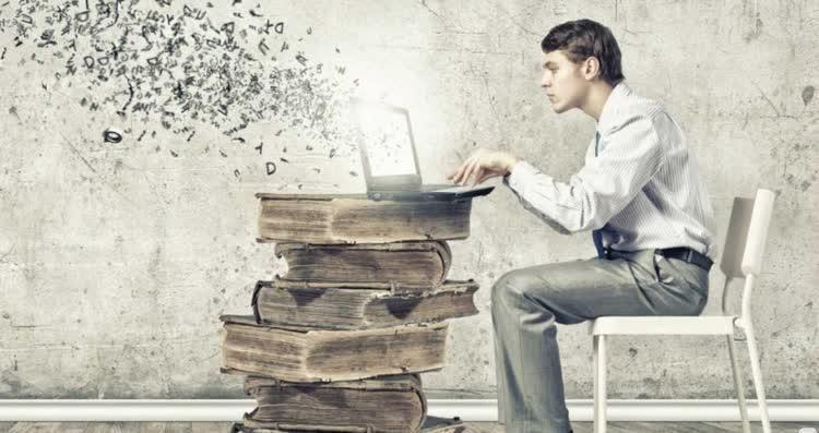 мужчина печатает на книгах