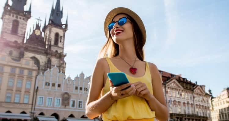 девушка печатает в смартфоне