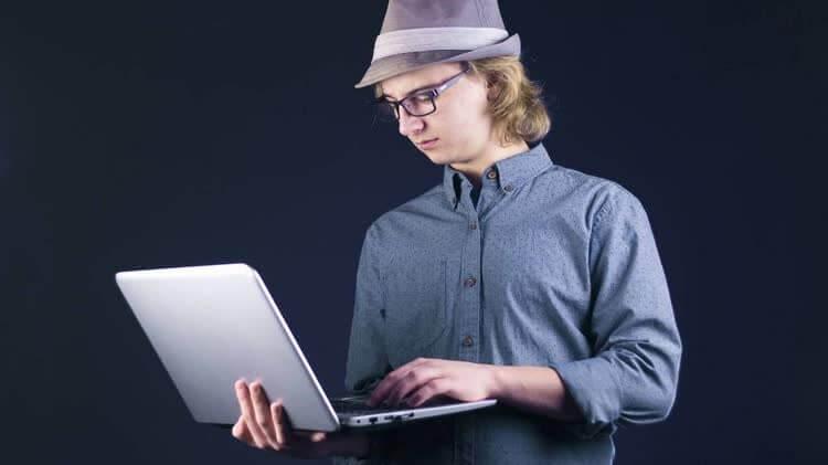 Мужчина выполняет несложные задачи онлайн