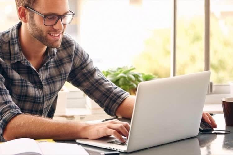 Мужчина создает и ведёт свой блог