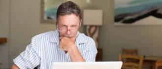 Мужчина смотрит на платформы для заработка в интернете