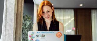 Девушка смотрит сайты для саморазвития