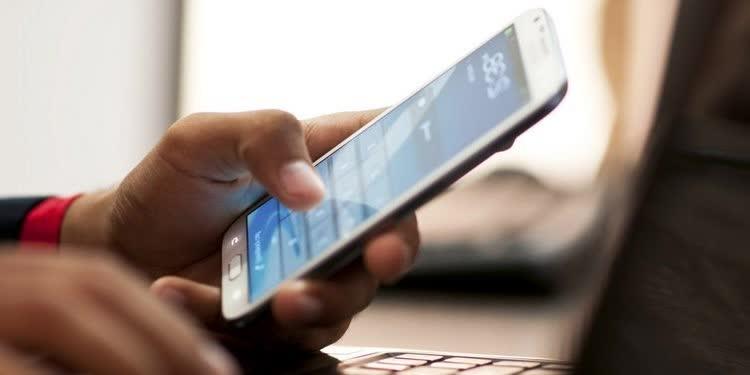 телефон в руках для заработка