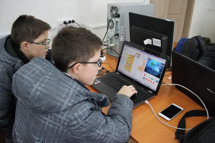 Два школьника учатся зарабатывать в интернете