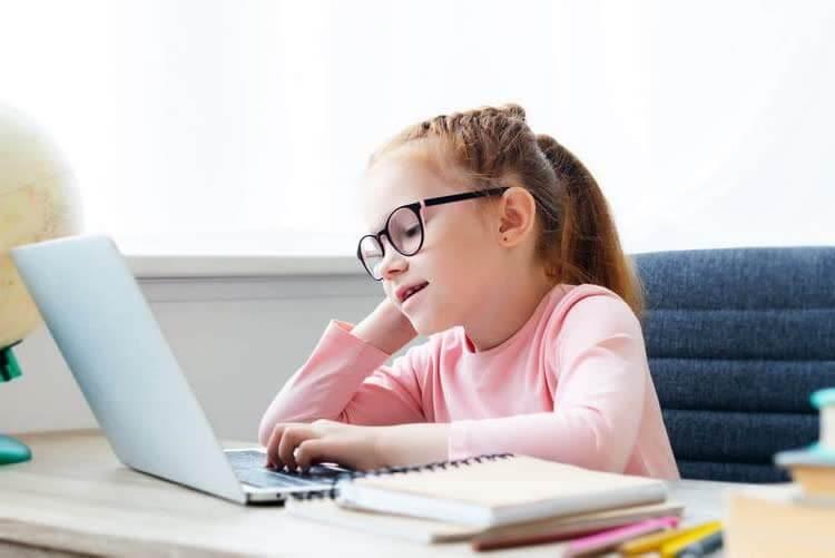 Девочка в очках за компьютером