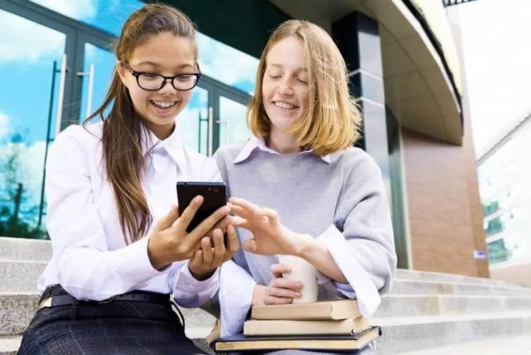 Девушки общаются через интернет