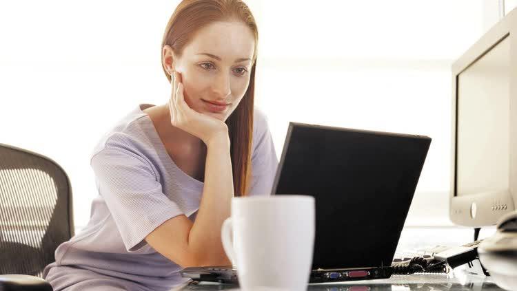 Девушка ищет лучшие сайты для заработка
