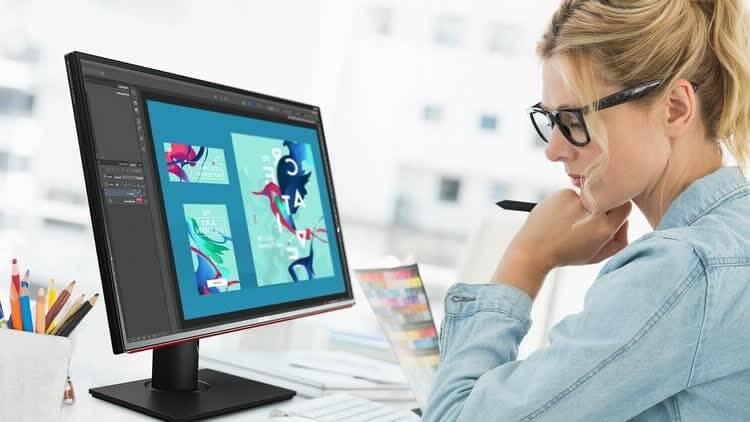 Девушка делает свой блог для заработка на рекламе