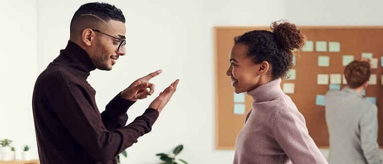 Девушка и парень обсуждают заработок на сокращении ссылок