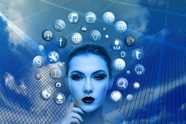 Женское лицо в окружении знаков соцсетей