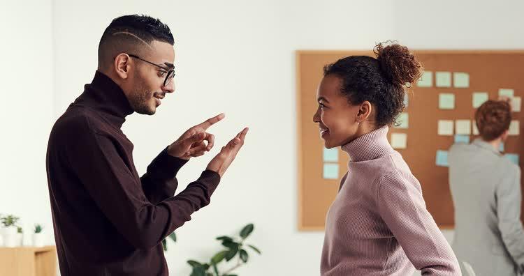Парень и девушка обсуждают заработок на сокращении ссылок