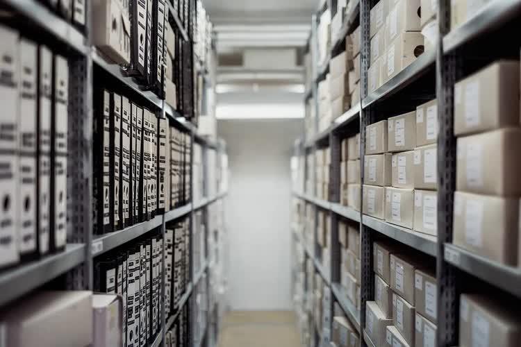 Стеллажи с папками хранящейся информации