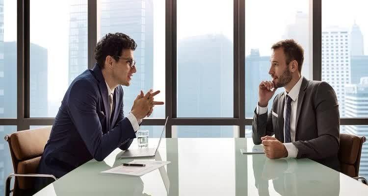Таргетолог разговаривает с клиентом