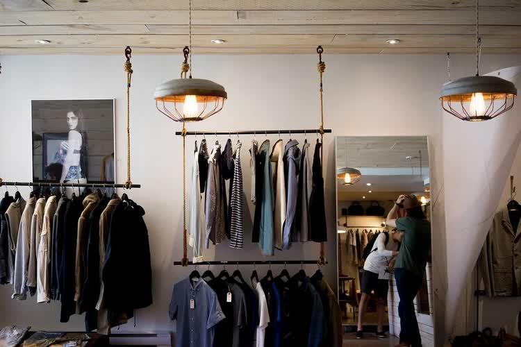 Витрина магазина с одеждой на вешалках