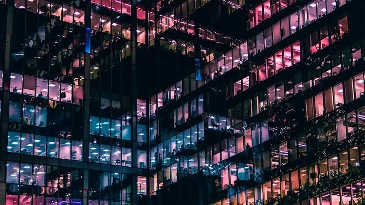 Здание с большими стеклами вечером