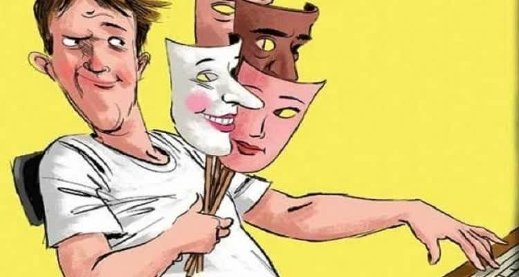 Человек держит маски в руке
