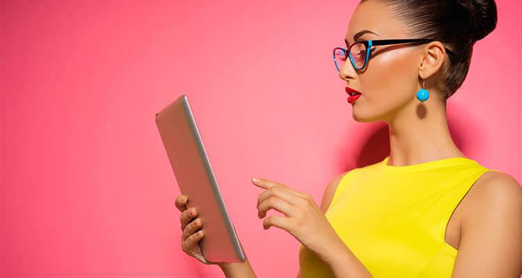 Девушка дает советы через планшет
