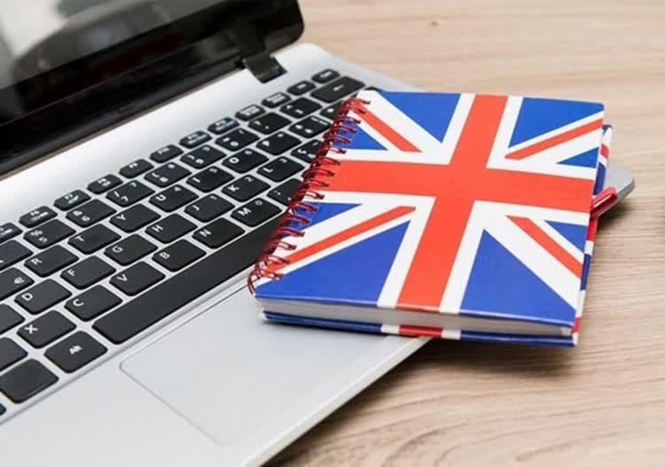 Книга с английским флагом на клавиатуре