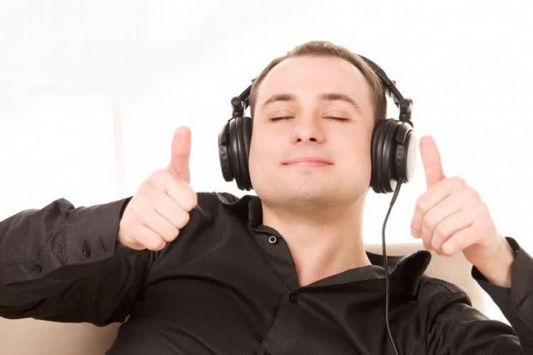 Парень слушает английскую музыку