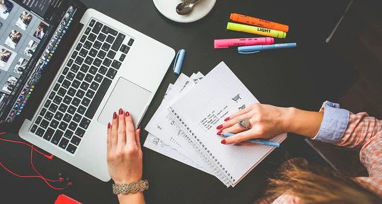 Руки на тетрадях и компьютере
