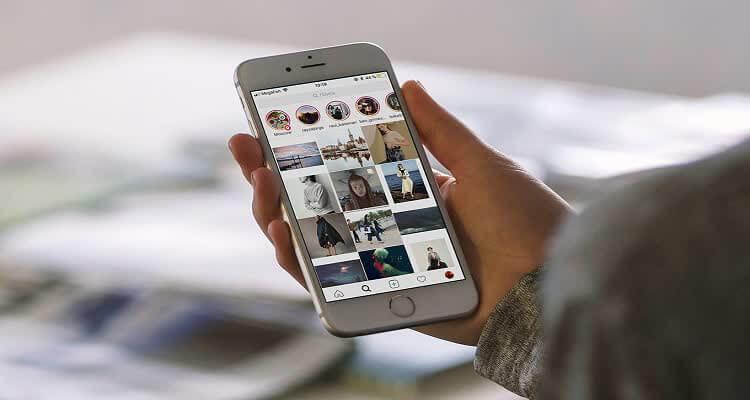 Телефон в руке с картинками