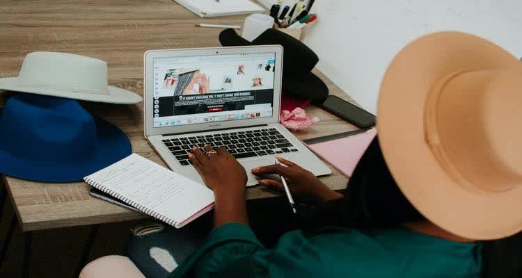 Девушка в шляпе за компьютером