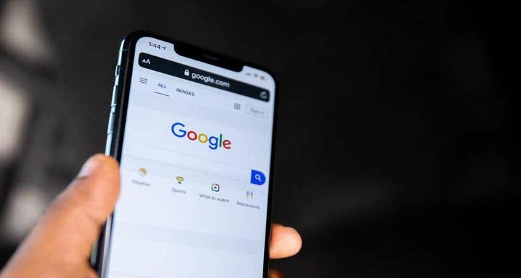Смартфон с надписью google