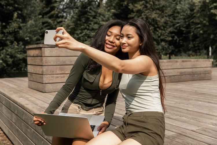 Девушки делают совместное фото