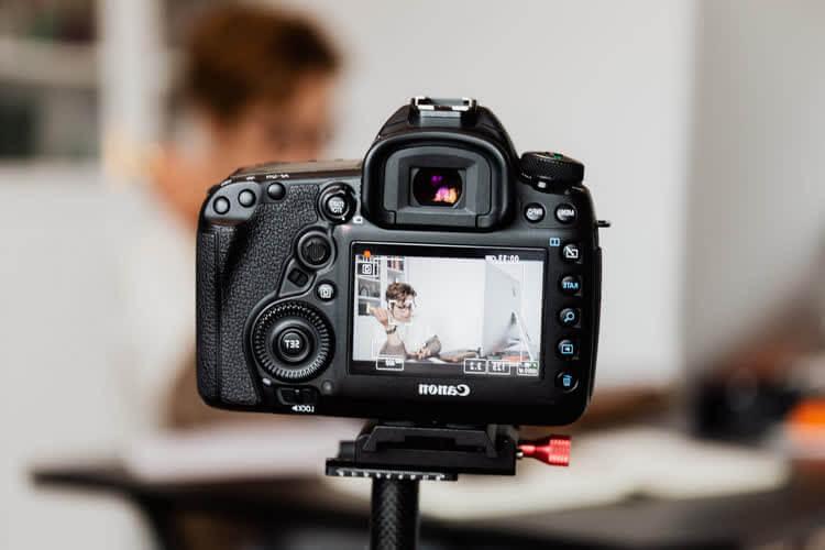 Фотоаппарат снимает блоггера за работой