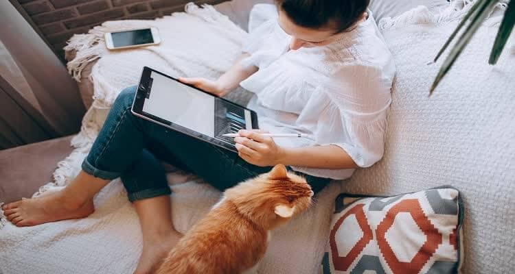 Девушка с планшетом и кошкой