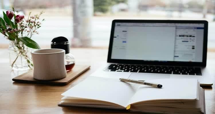 Ручка на ежедневнике перед монитором