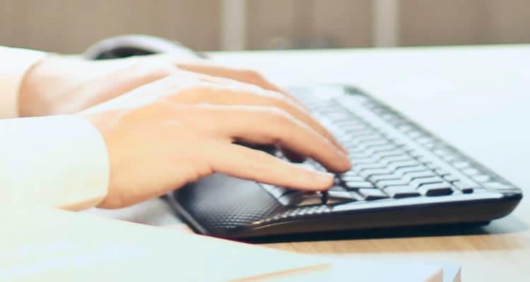 Руки на черной клавиатуре