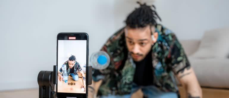 Блоггер снимает ролик